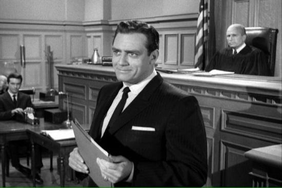 Fotogramma della serie televisiva in cui Parry Mason è impersonato dall'attore Raymond Burr